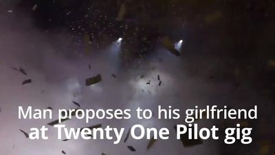Man proposes to his girlfriend at Twenty One Pilot gig