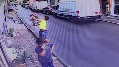 Teenager catches falling toddler in Istanbul