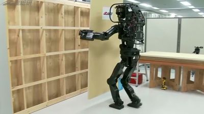 Construction robot lifts and welds