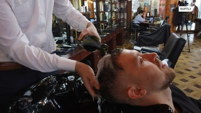 Make your hair POP! Moscow barber washes clients' hair with champagne
