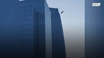 Window washers' platform swings out of control on side of Oklahoma skyscraper