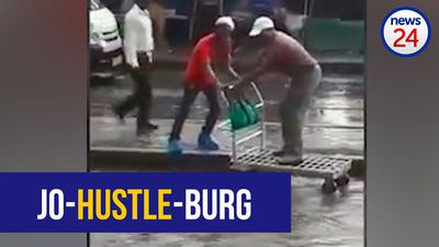 WATCH: Enterprising Joburgers 'ferry' passengers across flooded road