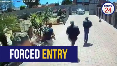 WATCH | Suspects make a run for it after failed house robbery attempt in Winchester Hills