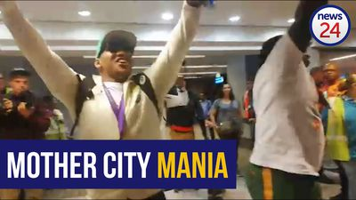 WATCH | Bongi Mbonambi and Trevor Nyakane get crowd going at CT airport