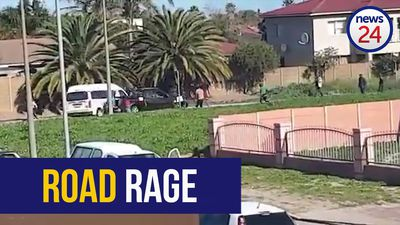 WATCH | Bakkie rams into a minibus taxi after road rage scene turns violent in Cape Town