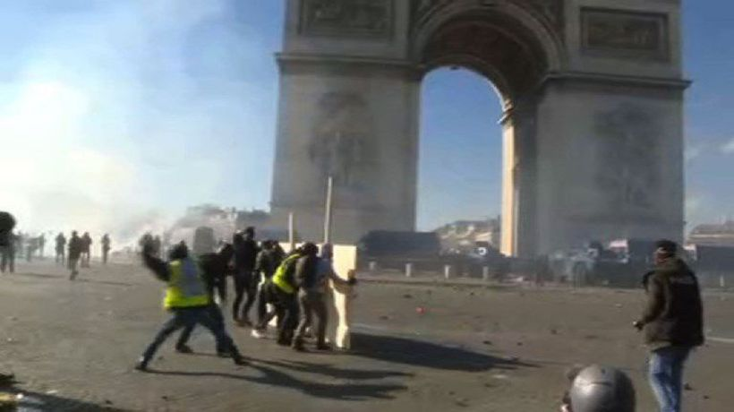 Paris: Clashes break out between police and 'yellow vests'
