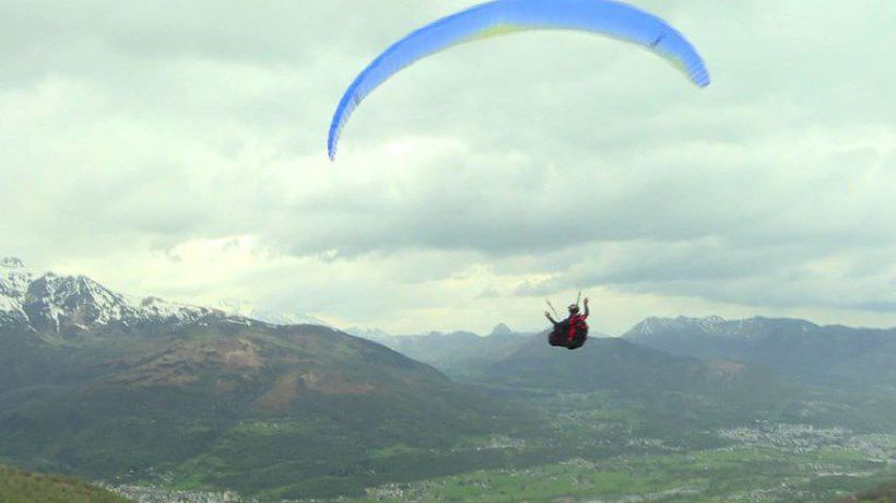 Former world paragliding champion Rémy soars over Pyrenees