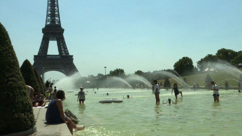 Parisians take a dip by the Eiffel Tower