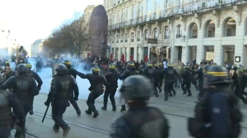 Police clash with protesters during Bordeaux demo against pensions reform