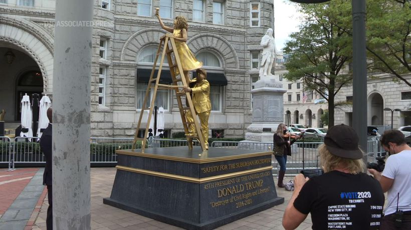 Living statues paint Trump as racist 'relic'