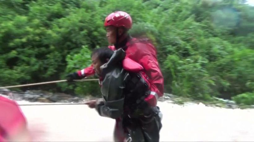 Rescuers battle deadly floods in China