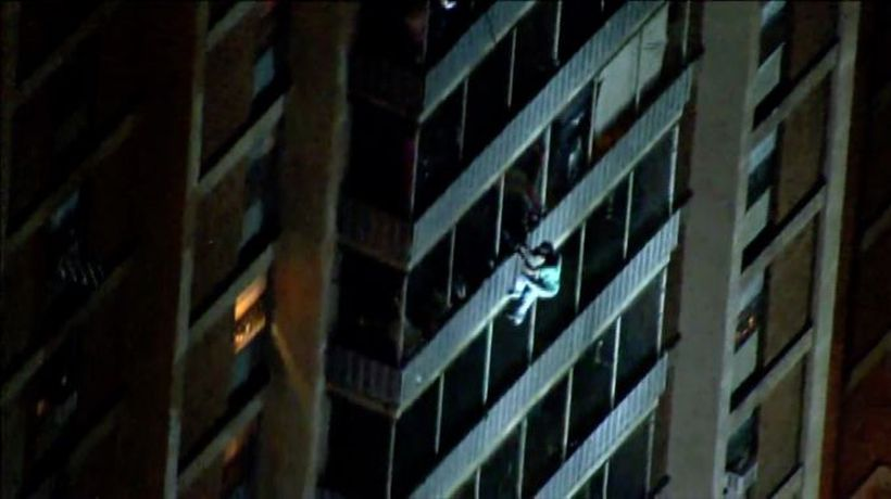 US man escapes fire by climbing down high-rise
