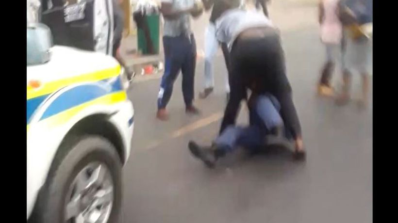 Police officer in Khayelitsha gets beaten up by a taxi driver