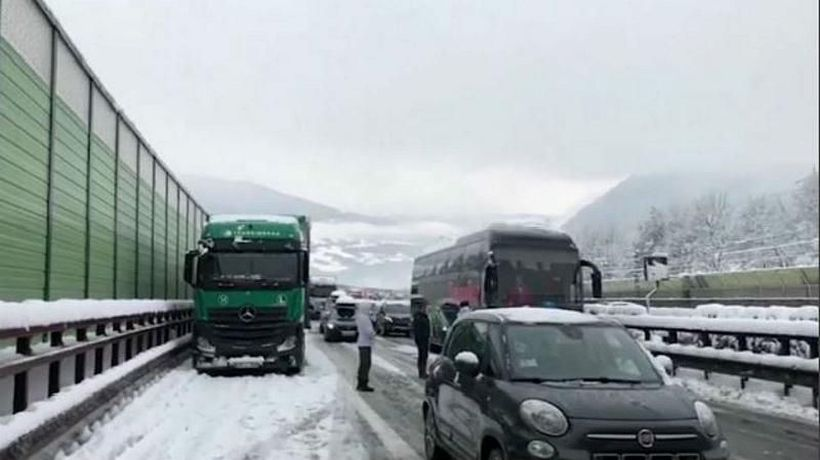 World News - Italy: Firefighters rescue 200 people trapped in snowy motorway