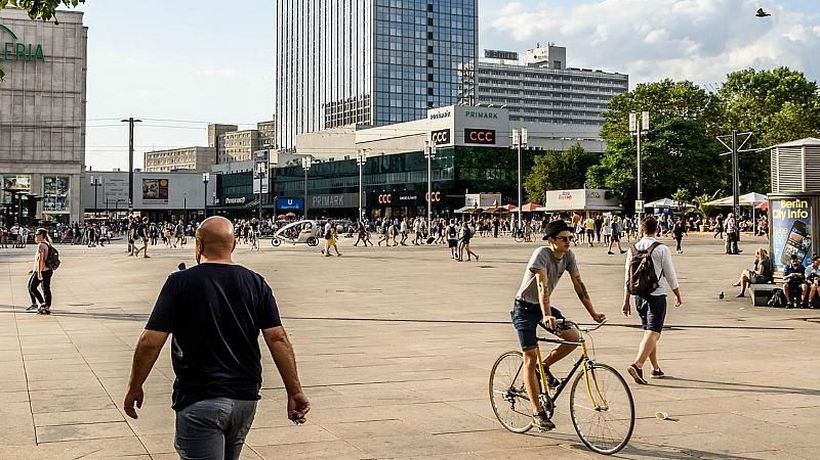 World News - YouFeud: Fans of rival social media stars brawl in Berlin square
