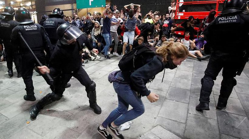 Pro-separatist protesters collapse Barcelona's airport as a reaction to the sentence