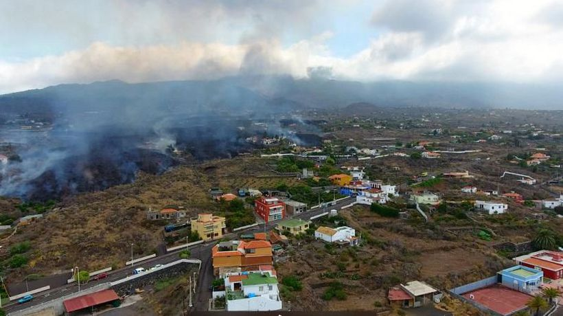 Cumbre Vieja: Volcano continues to roar as volcanologist urges people to 'stay away from lava'