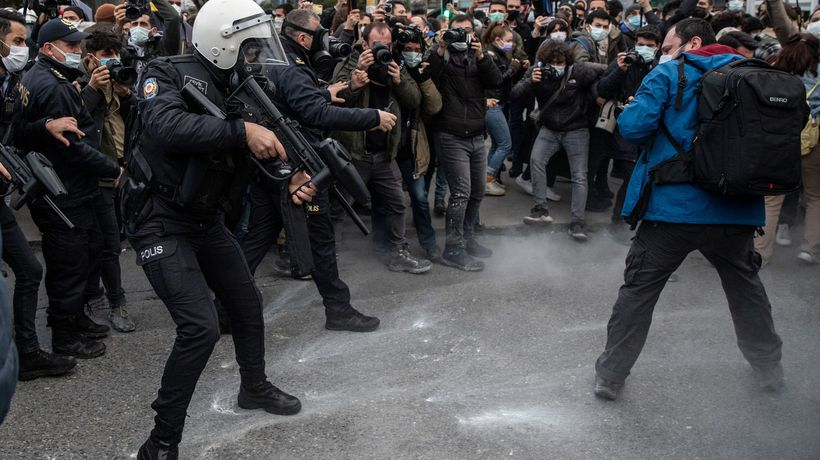 Turkey student protests: teargas, pepper spray and pot-banging