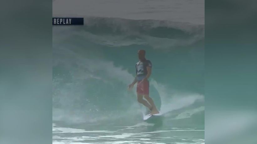 Kelly Slater makes miraculous save after wave wipeout