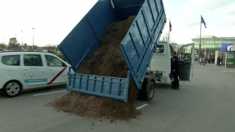 Activists dump manure outside Madrid climate summit