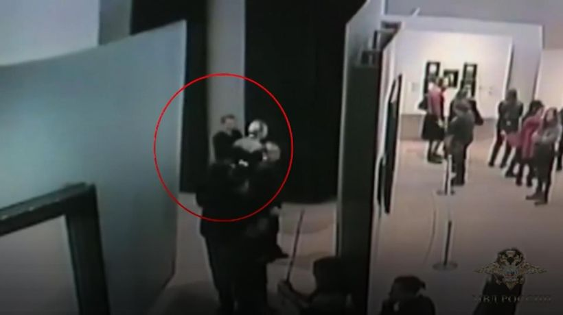 Man casually steals Tretyakov Gallery painting