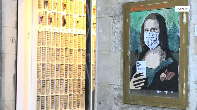 Mona Lisa's mural with mask and smartphone appears in #Barcelona after Mobile World Congress cancell