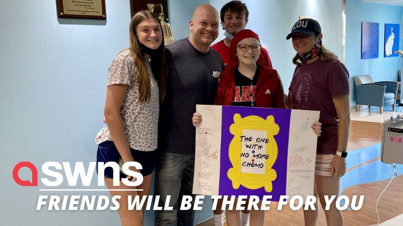 'Friends' fanatic celebrates end of chemo with sign that reads 'the one with no more chemo'