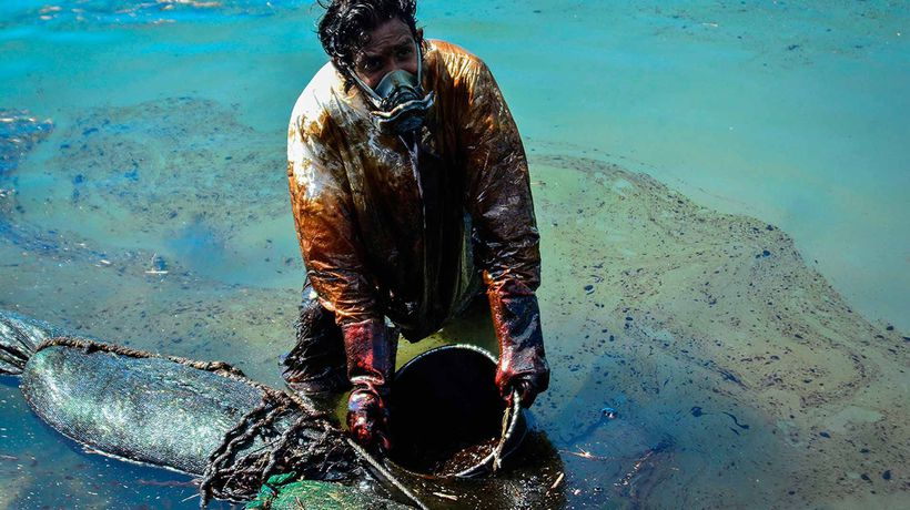Massive clean-up effort after Mauritius oil spill