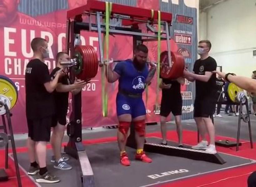 Powerlifter breaks knees in squat gone wrong