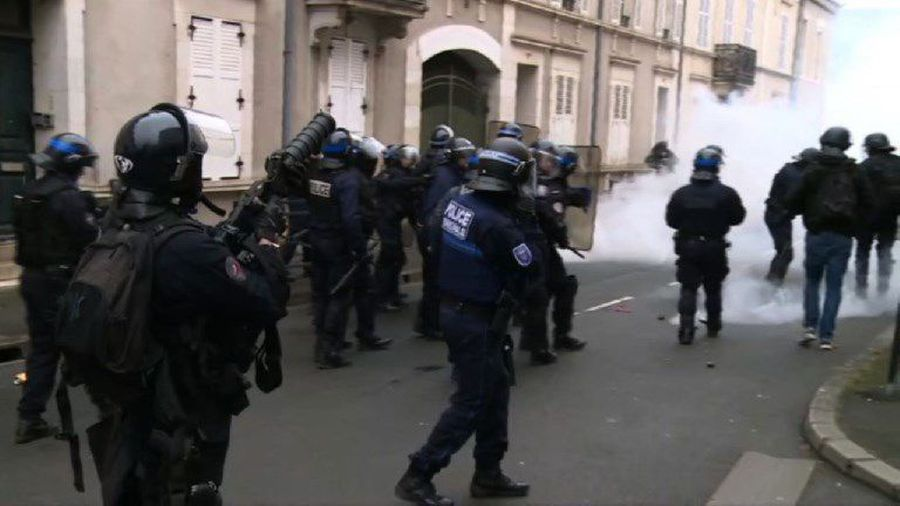 Riot police fire teargas to disperse 'Yellow Vest' protesters