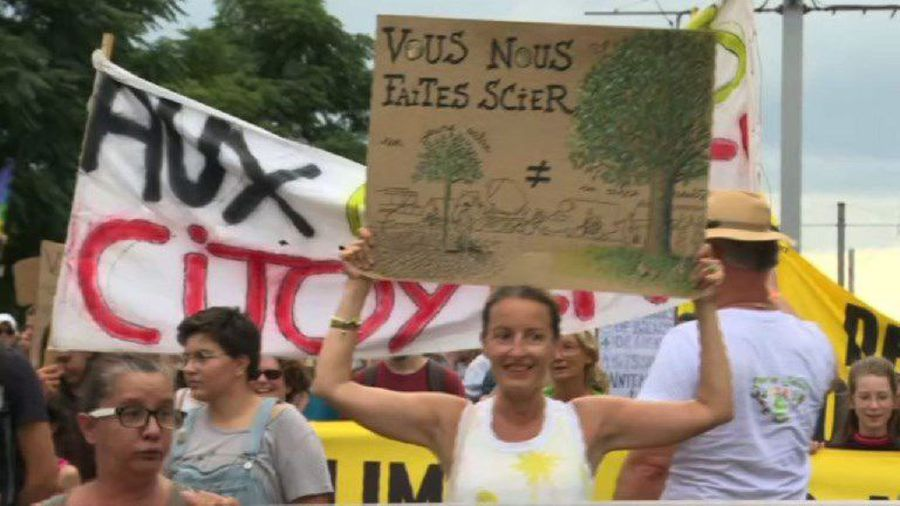 Hundreds rally in Bordeaux to protest against climate change