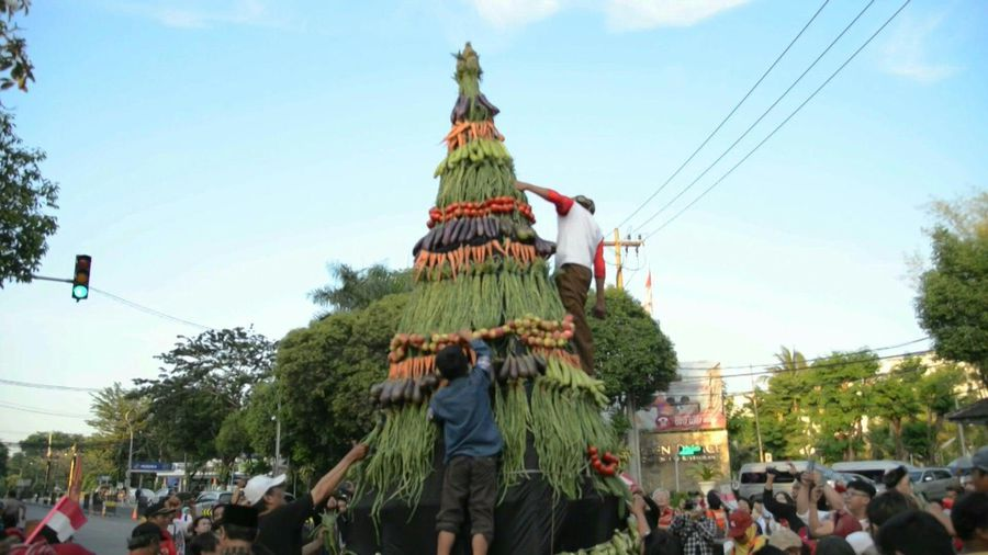 Towering support: giant food cone erected for Indonesia inauguration