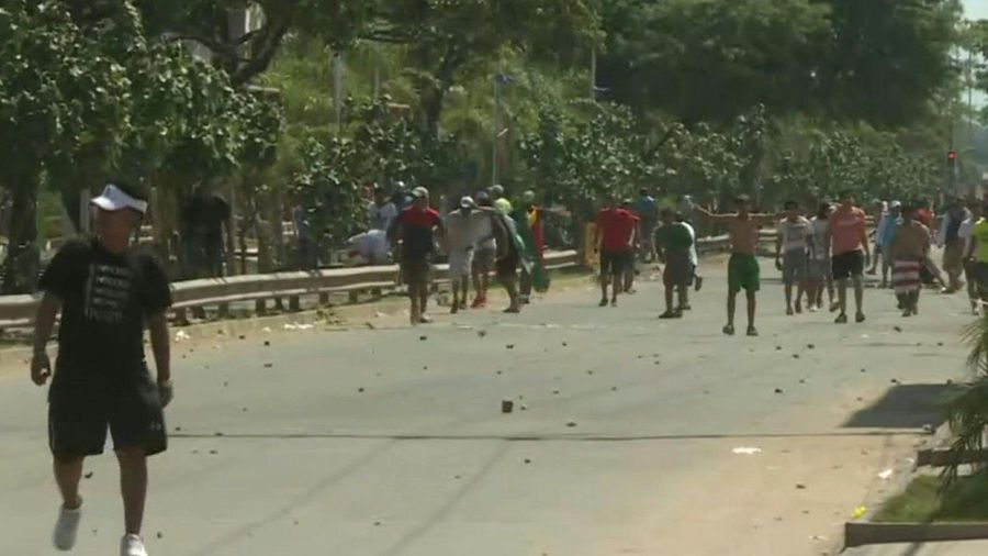 Opposition and pro-govt protesters clash in Santa Cruz
