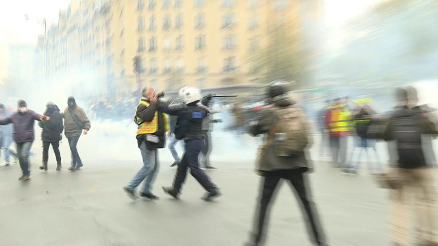 """Yellow vests"" anniversary: clashes take place in Paris"