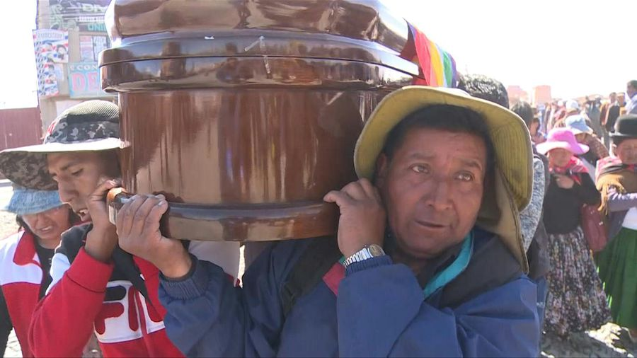 Bolivians carry coffins in thousand-strong funeral procession