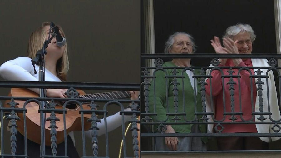 Coronavirus: in Paris, a high school student sings at her window at 8pm, accompanied by her guitar