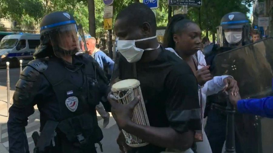In Paris, police break up an illegal protest against detention conditions for undocumented workers