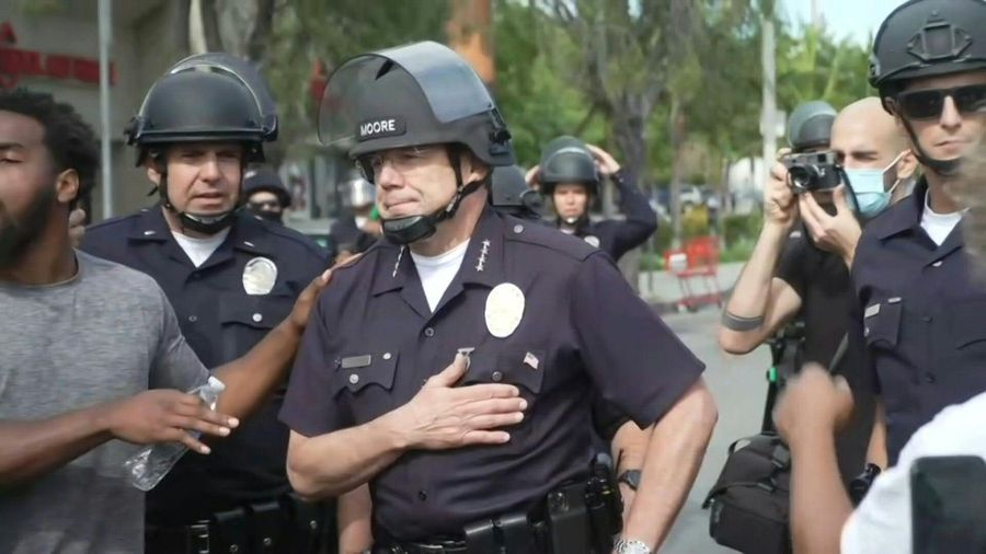 US: Activists cheer on Los Angeles police chief during George Floyd protest