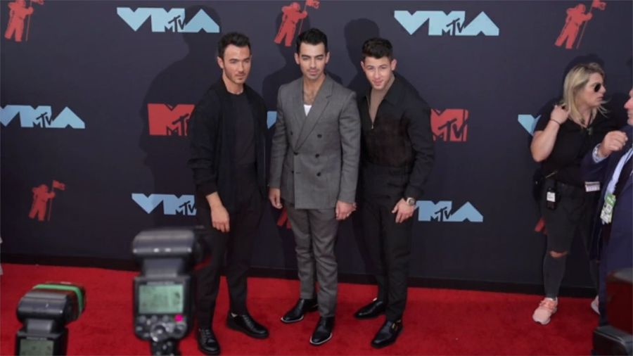 Jonas Brothers praised by the Kardashians after recreating siblings' most famous fight