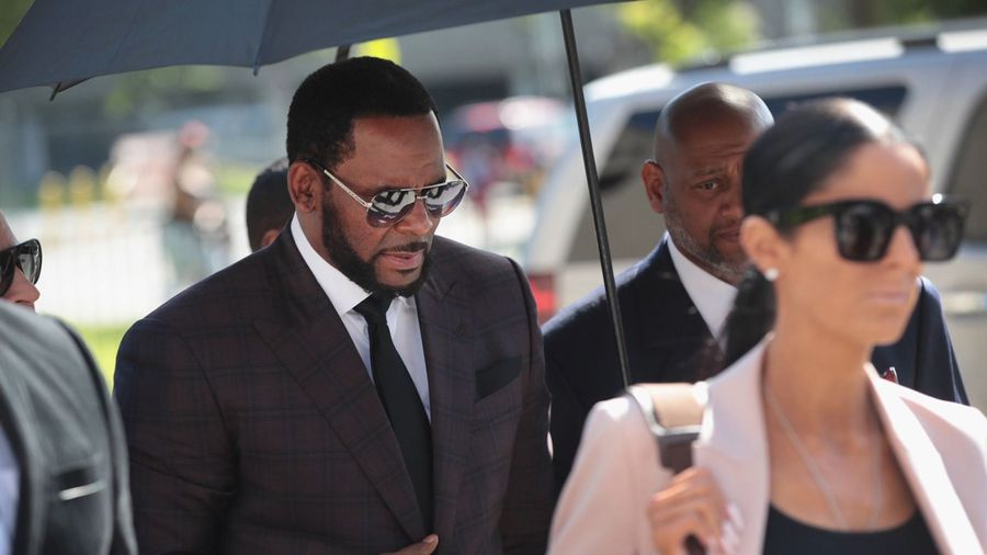 R. Kelly to fight bribery charge