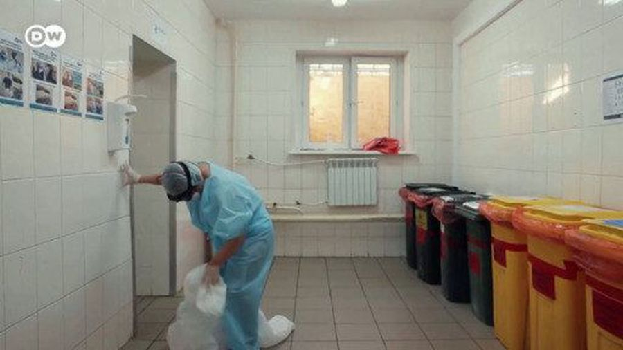 Russian hospital workers criticize working conditions