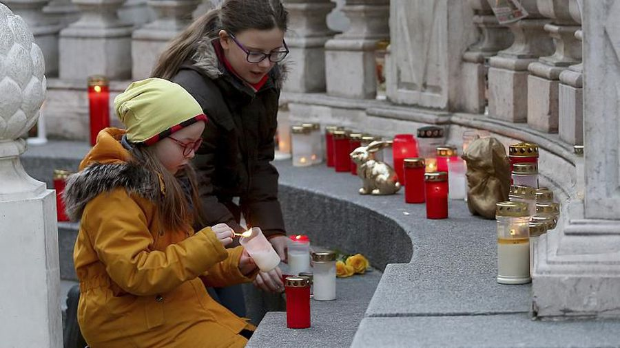 COVID-19: Worried Vienna residents flock to Plague Column to ask for protection