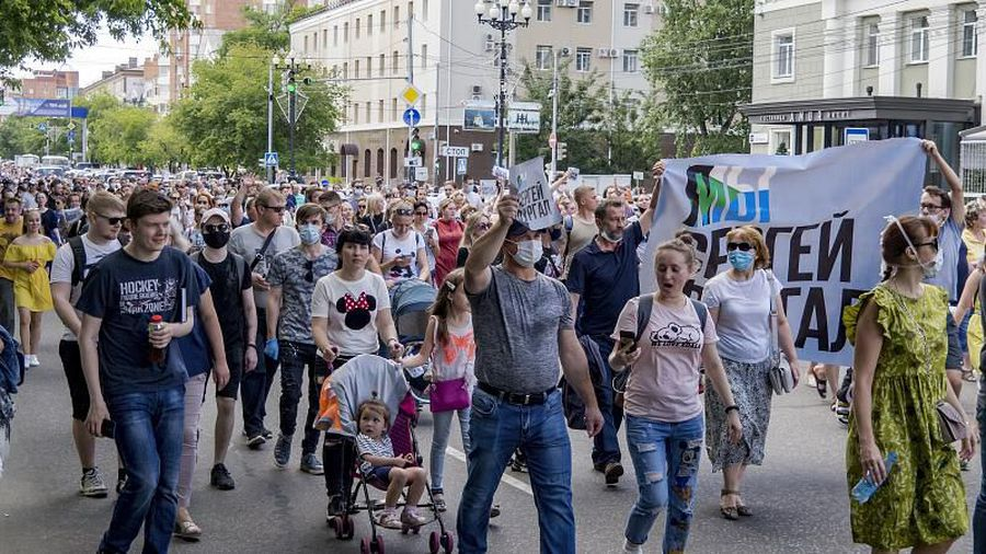 """""""Down with the Tsar!"""" Rare anti-Putin protests erupt over arrest of 'popular' regional governor"""
