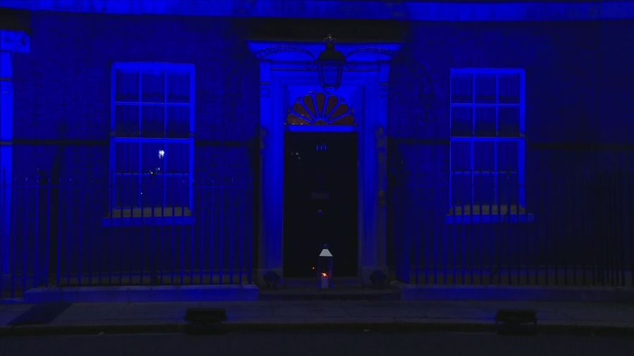 Downing Street lights candle to remember covid victims