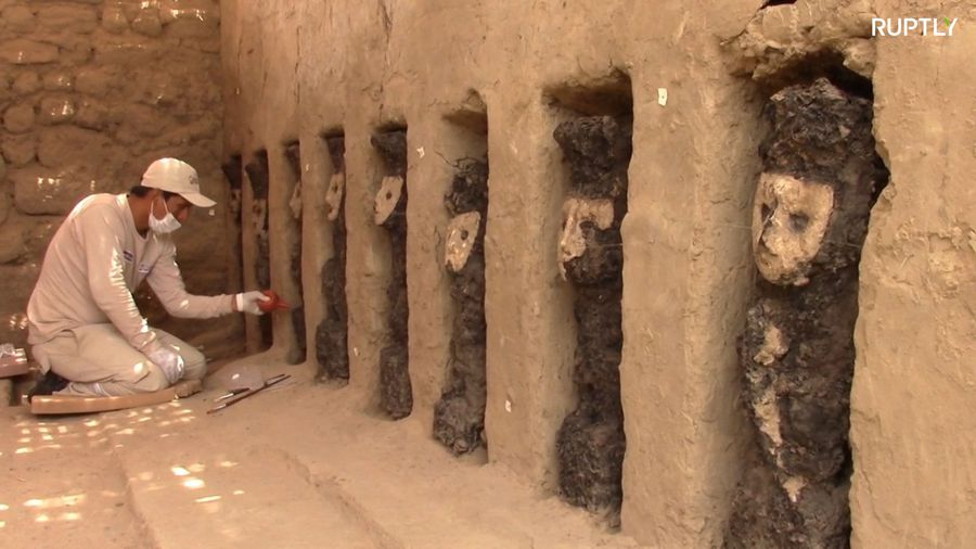 800 y/o wooden sculptures uncovered in Peruvian mud city