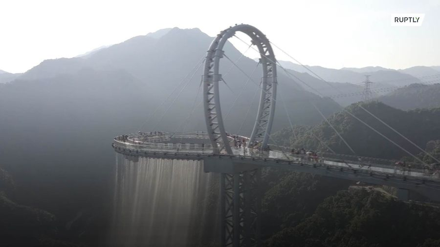 Tourists brave heart-stopping musical WATERFALL on Guangdong's sky corridor
