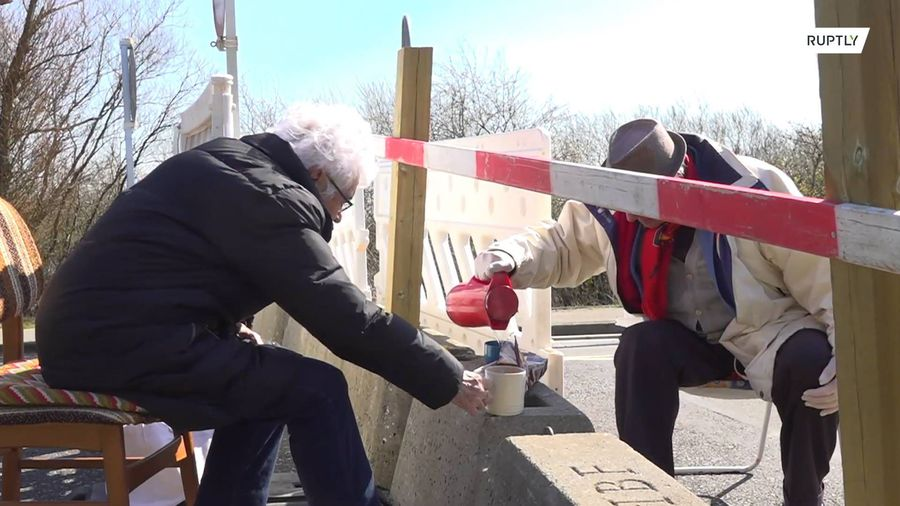 Love in the time of Corona: German-Danish elderly couple meet at closed border every day