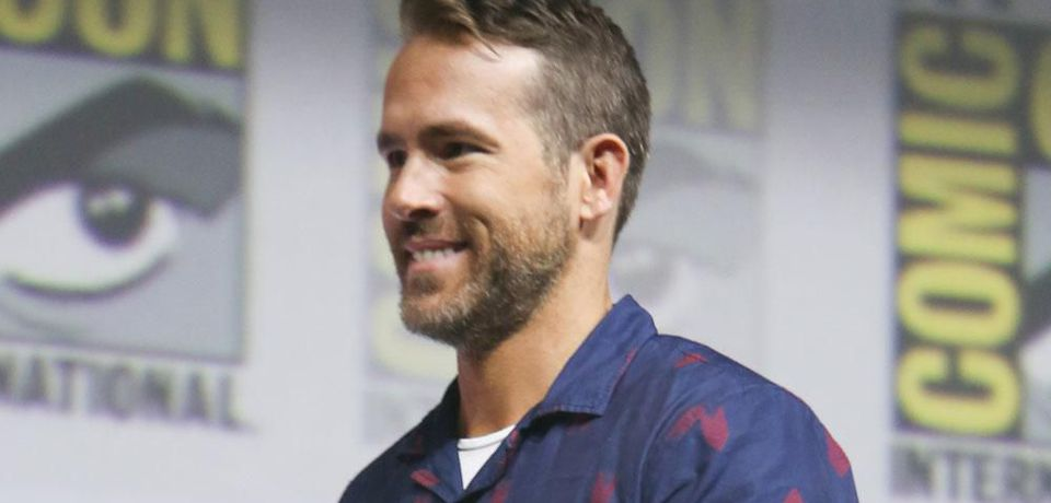Ryan Reynolds delays surgery