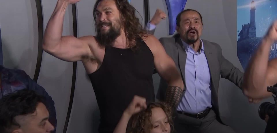 Jason Momoa performs a haka at Aquaman premiere